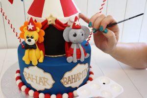 Painting figurine on circus cake
