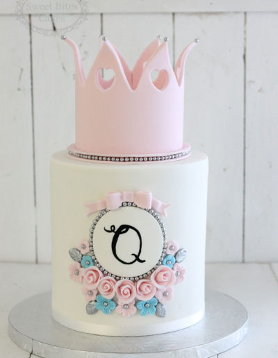 Pink crown and flowers cake