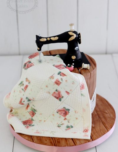 Sewing machine and quilt cake