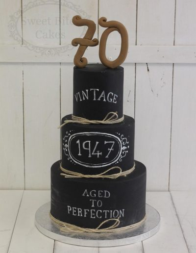 Blackboard cake with yarn